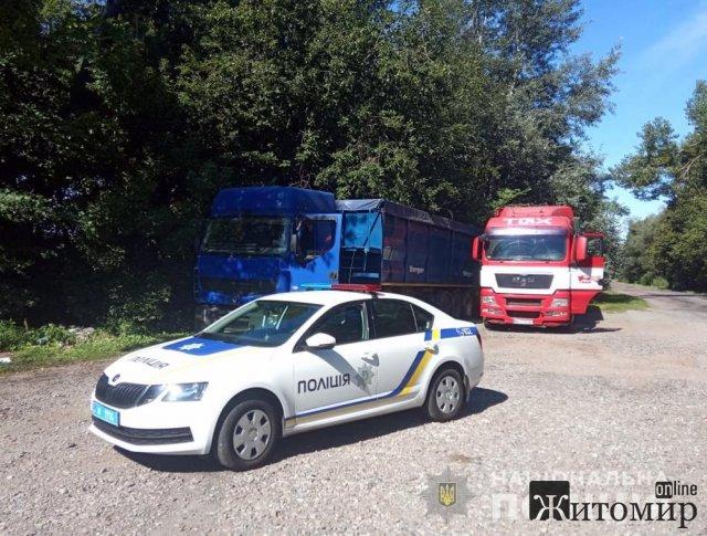 Неподалік Житомира поліцейські затримали дві вантажівки з львівським сміттям. ФОТО