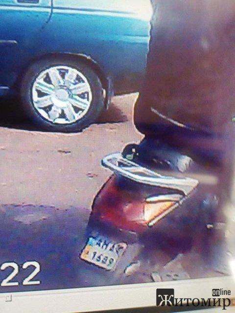 У центрі Коростеня пограбували мікроавтобус. ФОТО можливих злодіїв
