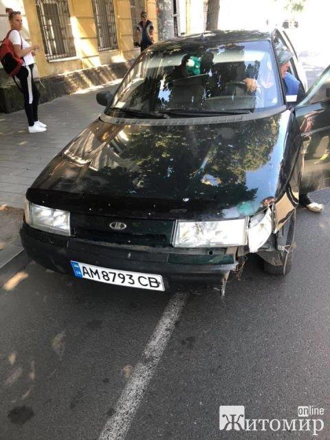 На перехресті в центрі Житомира чоловік на авто збив дитину. ФОТО