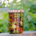 Неймовірно смачні в'ялені помідори з часником і ароматними травами