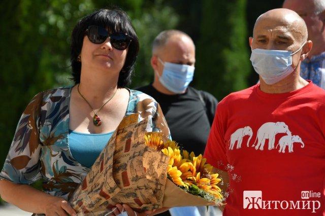 На Спаса на фасаді житомирського університету відкрили барельєф Володимиру Шинкаруку. ФОТО