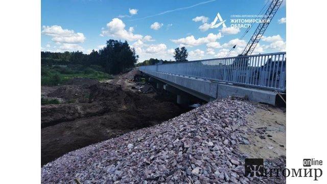 На Житомирщині, поблизу кордону з Білоруссю, дорожники заасфальтували новий проїзд та підходи до мосту. ФОТО