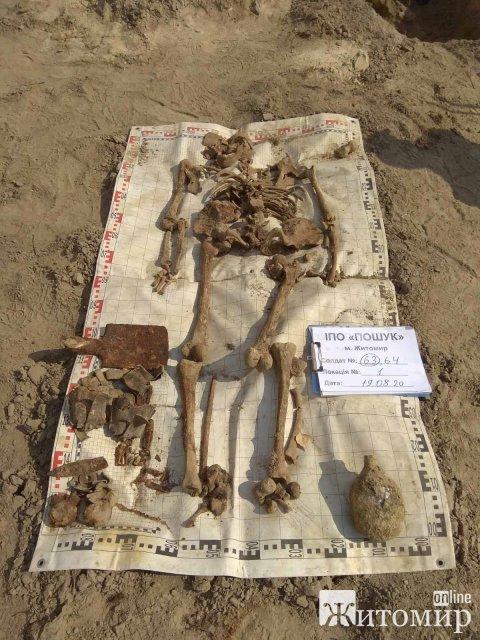 У Коростенському районі в двох ямах пошуківці знайшли по 3 чоловіка. ІОТО
