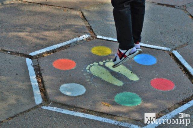 В житомирському парку для дітей створили інтелектуально-розважальні малюнки на асфальті. ФОТО