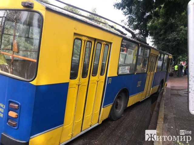 На одній з вулиць Житомира тролейбус попав у зрізаний фрезою асфальт. ФОТО