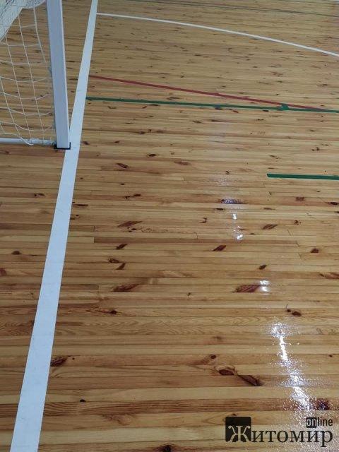 Після ремонту спортзал школи у Житомирі залило дощовою водою. ФОТО