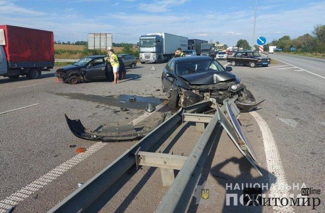 На трасі Київ-Чоп у Житомирській області зіштовхнулися Opel та Honda: постраждали жінка і двоє дітей. ФОТО