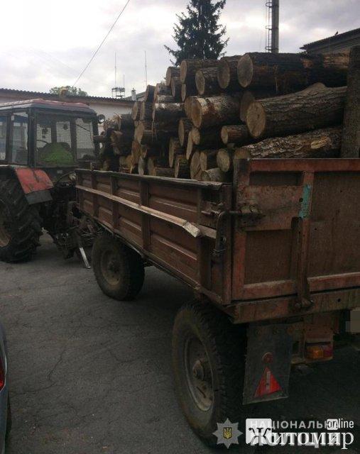 У селі Житомирської області поліцейські зупинили трактор загружений деревиною без документів. ФОТО