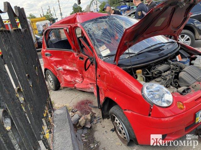У Житомирі зіштовхнулися два автомобілі: водійку одного - затиснуло. ФОТО