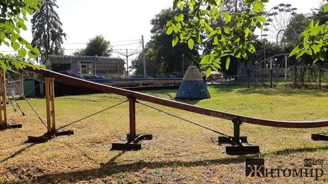 Облущений, завалений і закритий - літак у житомирському парку. ФОТО