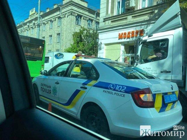 """Поруч з міськрадою в Житомирі зіштовхнулись маршрутний автобус та """"хлібовозка"""". ФОТО"""