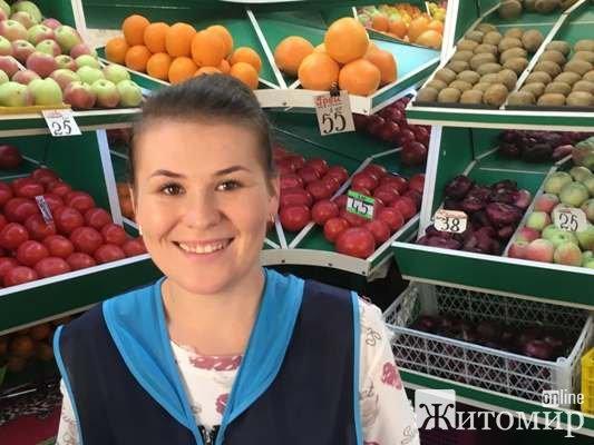 У Житомирі на Житньому ринку з'явилися перші цьогорічні гранати. ФОТО