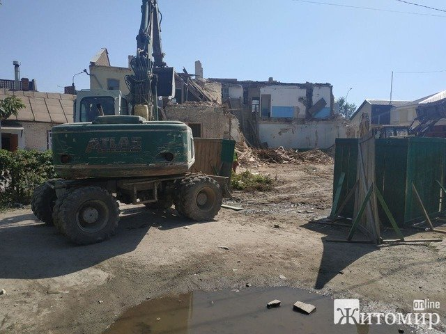 На вулиці І. Кочерги демонтують будівлю вечірньої школи. ФОТО