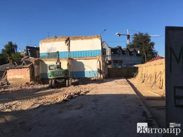 Над гостями житомирського пивняка «Півбуль» зависла небезпечна стіна. ФОТО
