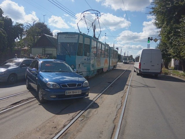 На вулиці Бориса Тена трамвай врізався у Lanos. ФОТО