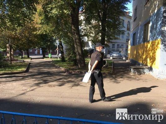 У Жимирі на розі вулиць Театральної та Великої Бердичівської підозрілий пакет. Підозрюють, що вибухівка. ФОТО