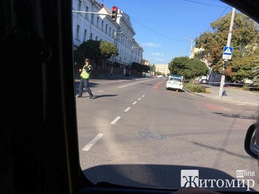 У Житомирі на розі вулиць Театральної та Великої Бердичівської підозрілий пакет. Підозрюють, що вибухівка. ФОТО