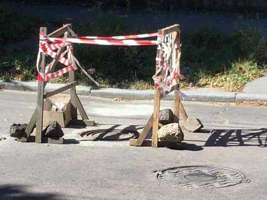 Загадкова конструкція імені Сухомлина на вулиці Шевченка у Житомирі. ФОТО
