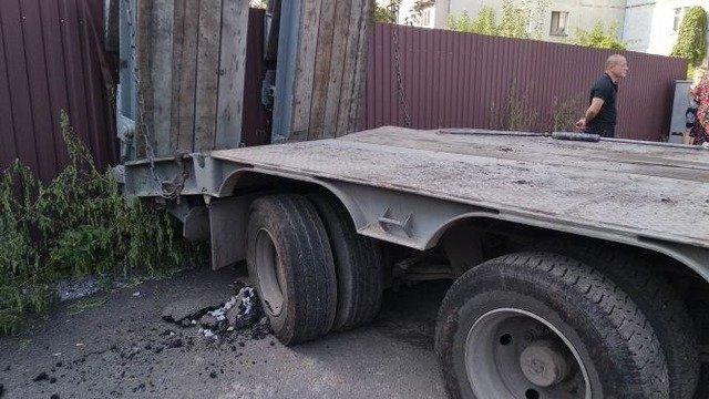 У Житомирі 13-річний хлопчик за кермом вантажівки влаштував ДТП. ФОТО
