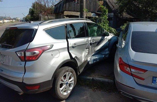 У Житомирі сталася ДТП, внаслідок якої автівки врізались у паркан. ФОТО