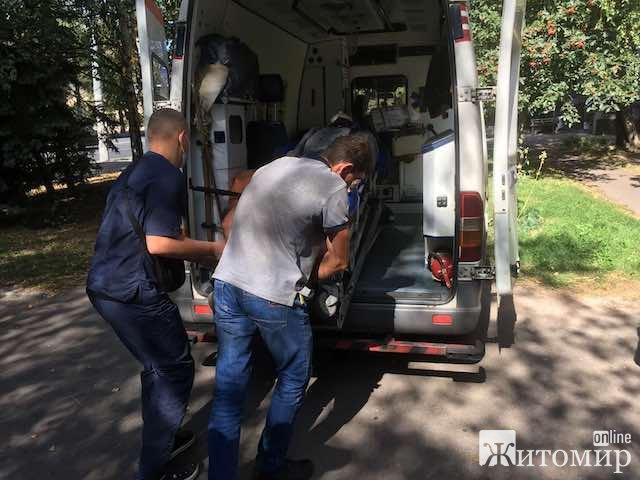 За яку провину четверо поліцейських з двома автоматами калашнікова витягли з банку хворого пенсіонера у Житомирі?