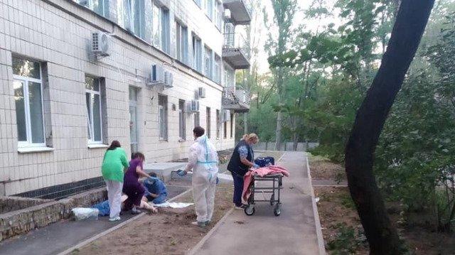 У київській лікарні, де лікують хворих на COVID-19, двоє чоловіків покінчили життя самогубством
