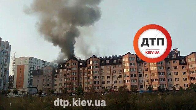 Під Києвом вигоріли три квартири через розпалювання каміну. ФОТО