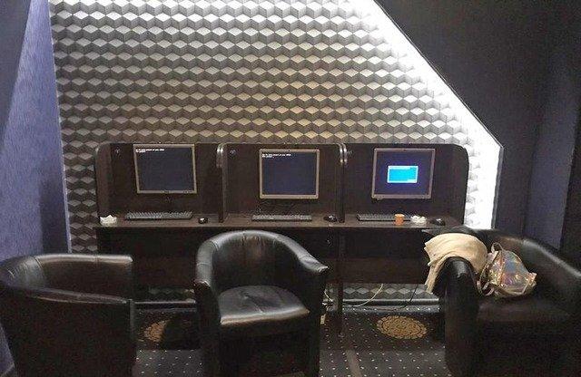 У Житомирі поліцейські вже втретє за місяць забирають обладнання з підпільного грального закладу. ФОТО