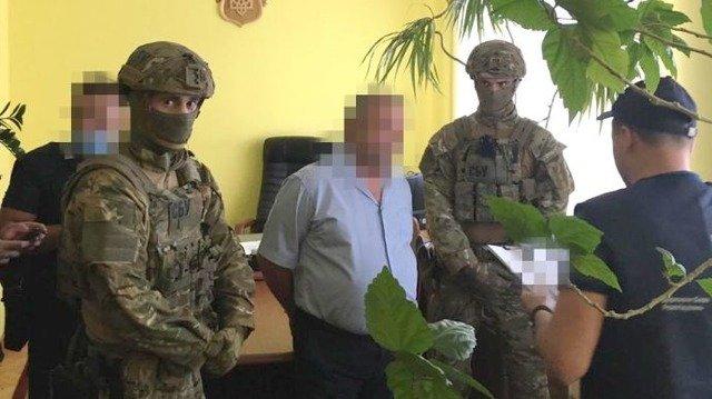 Головного податківця Тернополя та його сина затримали за вимагання 40 тисяч доларів. ФОТО