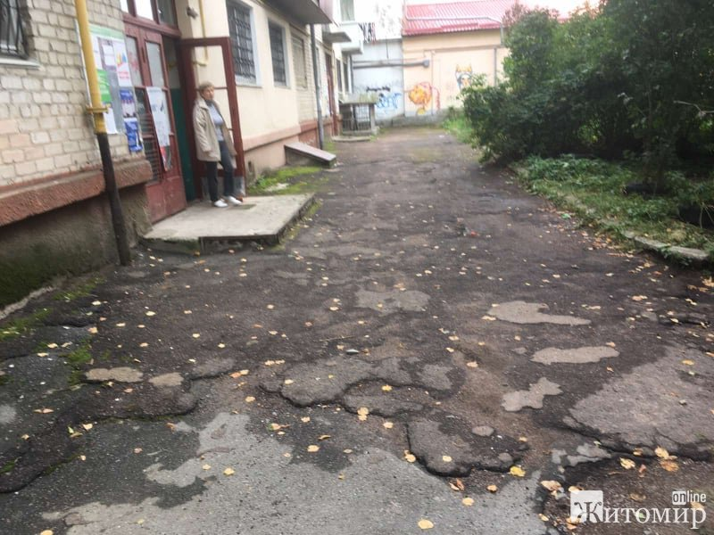 Житомиряни з будинку 7а, що на вулиці Лятошинського, спотикаються, падають і матюкають міського голо ...