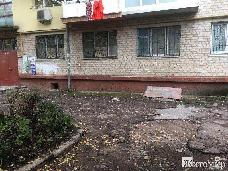 Житомиряни з будинку 7а, що на вулиці Лятошинського, спотикаються, падають і матюкають міського голову. ФОТО