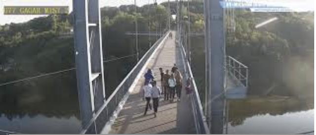 У Житомирі агресивний чоловік їздить на скутері по пішоходному мосту. Чому на це не звертає уваги по ...