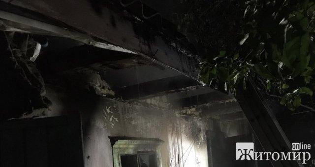 У Коростені горіла лазня, вогонь ледь не охопив будинок. ФОТО