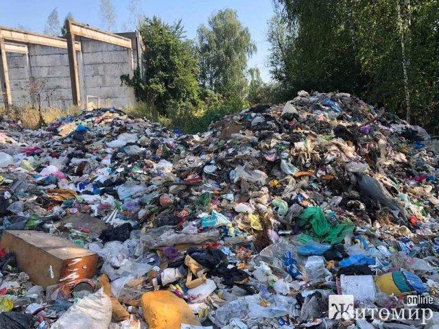 """Осінні """"подарунки"""" зі Львівщини - на території одного з районів Житомирської області виявили гори сміття. ФОТО"""