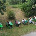 В одній зі шкіл на Житомирщині діти навчаються за партами на вулиці. ФОТО