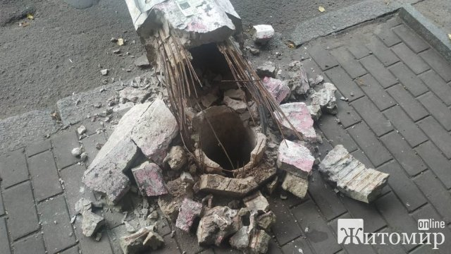 На Театральній у Житомирі впала бетонна опора та перегородила частину дороги. ФОТО