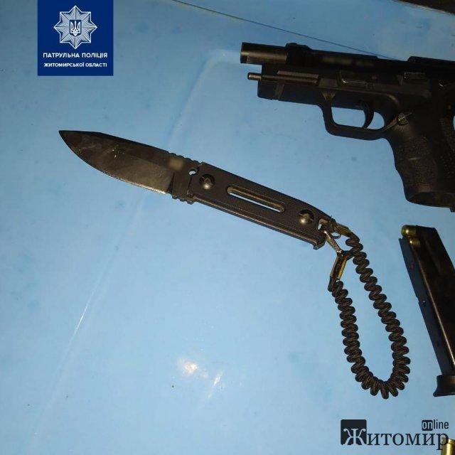 На Вільському шляху в Житомирі поліцейські зупинили ВАЗ, у водія знайшли ніж та пістолет. ФОТО