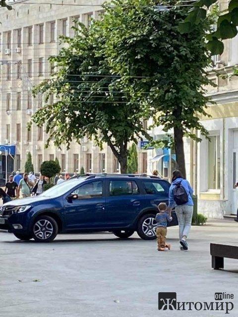 Біля міськради в Житомирі на пішохідній вулиці робітники припаркували автомобіль. ФОТО