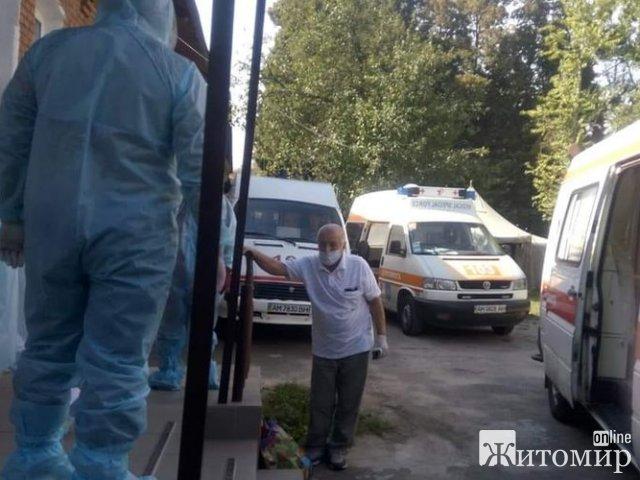 """Житомирська лікарка показала чергу зі """"швидких"""" з хворими під інфекційним відділенням"""