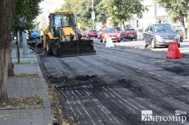 У Житомирі на Київській підрядна організація працює вночі, аби повністю не перекривати дорогу. ФОТО