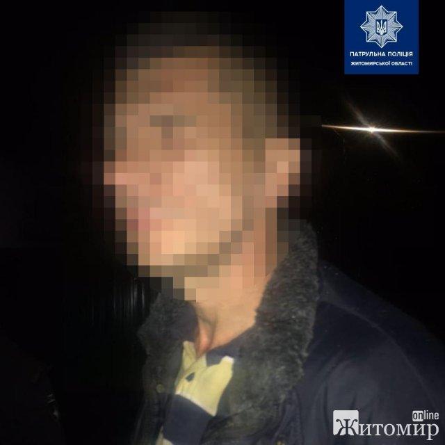 На одній з вулиць Житомира патрульні зупинили чоловіка, у штатах він ховав кущі конопель. ФОТО