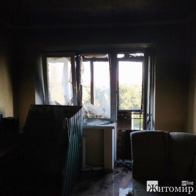 У Коростені горів один з балконів п'ятиповерхівки, пожежу гасили 8 рятувальників. ФОТО