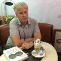 """Відомий український історик Петро Кралюк п'є каву """"Глясе"""" у житомирському """"Будинку кави"""". ФОТО"""