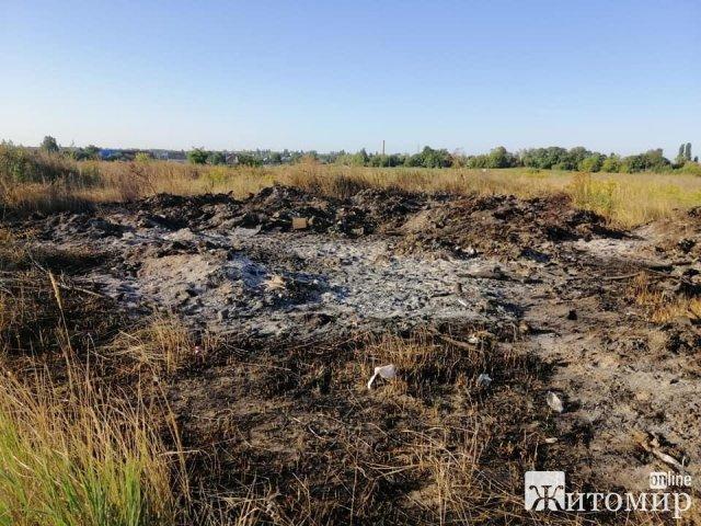 У Коростишеві поруч з кладовищем тиждень спалюють сміття. ФОТО