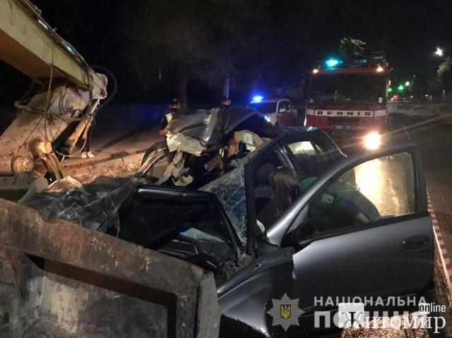 На перехресті вулиць в Житомирі Nissan врізався в екскаватор, одна людина загинула. ФОТО