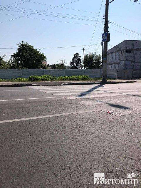 На Корбутівці в Житомирі встановлюють катафоти. ФОТО