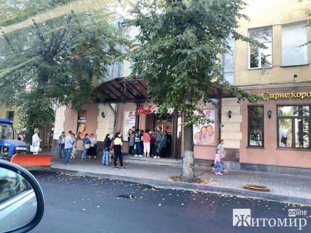 Возле ювелирного салона в Житомире, фирма которого фигурирует в махинациях, очередь. ФОТО
