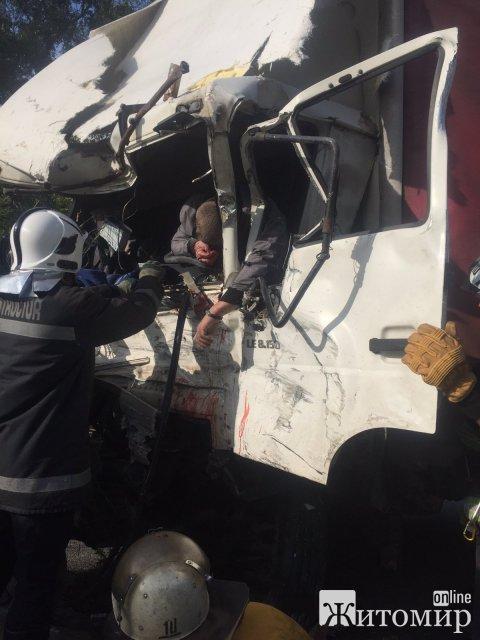 """Житомирські рятувальники витягували з вантажівок водії, які зіштовхнулись """"носами"""". ФОТО 18+"""