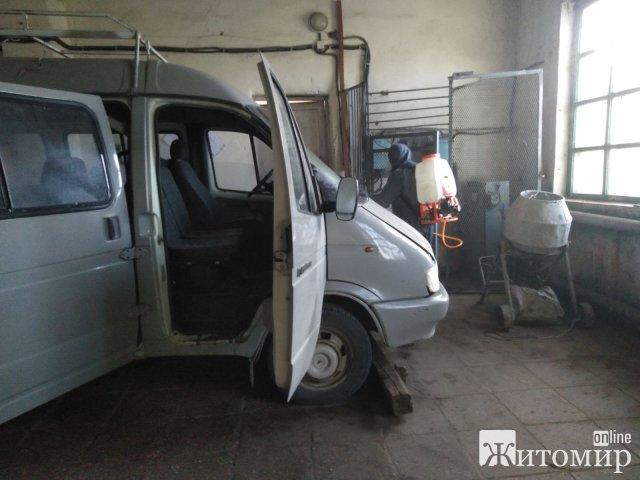 У селищі Житомирської області рятувальники знезаражували приміщення та робочі автомобілі через Covid. ФОТО