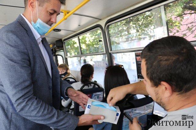 Заступник мера Житомира у громадському транспорті дарував пасажирам маски. ФОТО